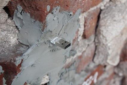 dead drops intercambio usb arte callejero