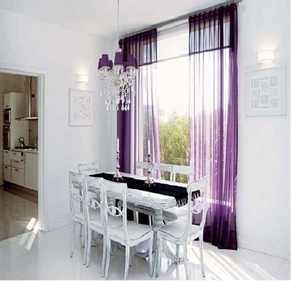 Cortina violeta en ambiente neutro