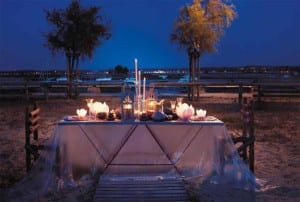 Mesas con velas en exteriores