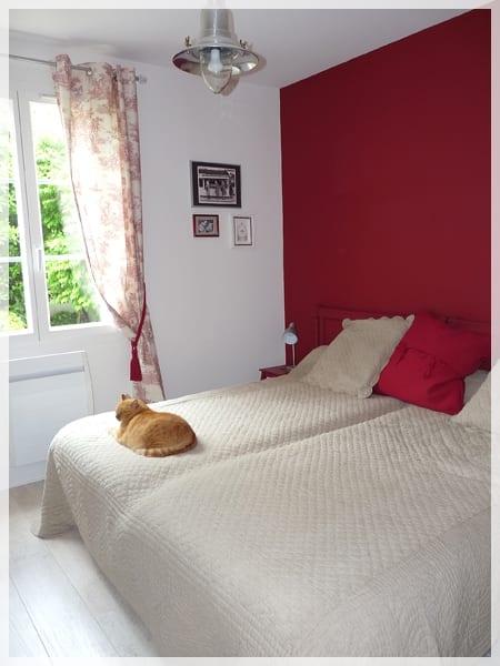 Decorar las habitaciones en color rojo - Pintar una habitacion pequena ...