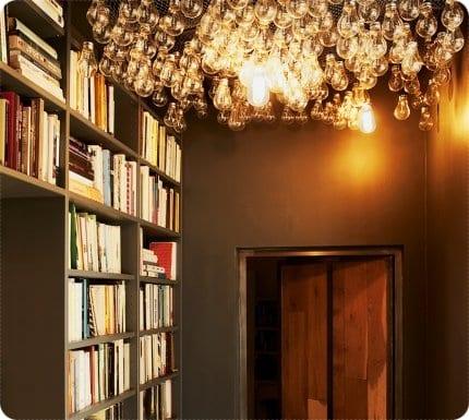 Techo decorado con bombillas
