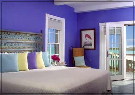 Habitación con pared en color vivo