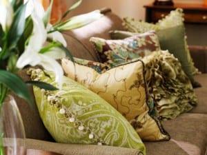 Decorar con cojines: ideas para dar vida al sofá y sala de estar
