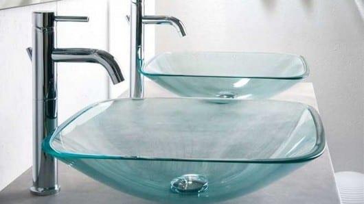 Un lavabo de vidrio
