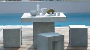 Muebles de diseño en la piscina