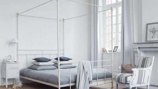 Una cama con dosel romántica