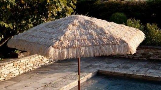 Una sombrilla de playa en la piscina