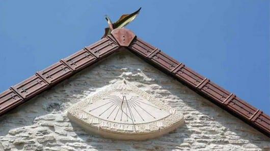 reloj sol techo triangular
