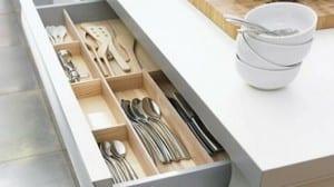 Almacenamiento para los cubiertos y utensilios en la cocina