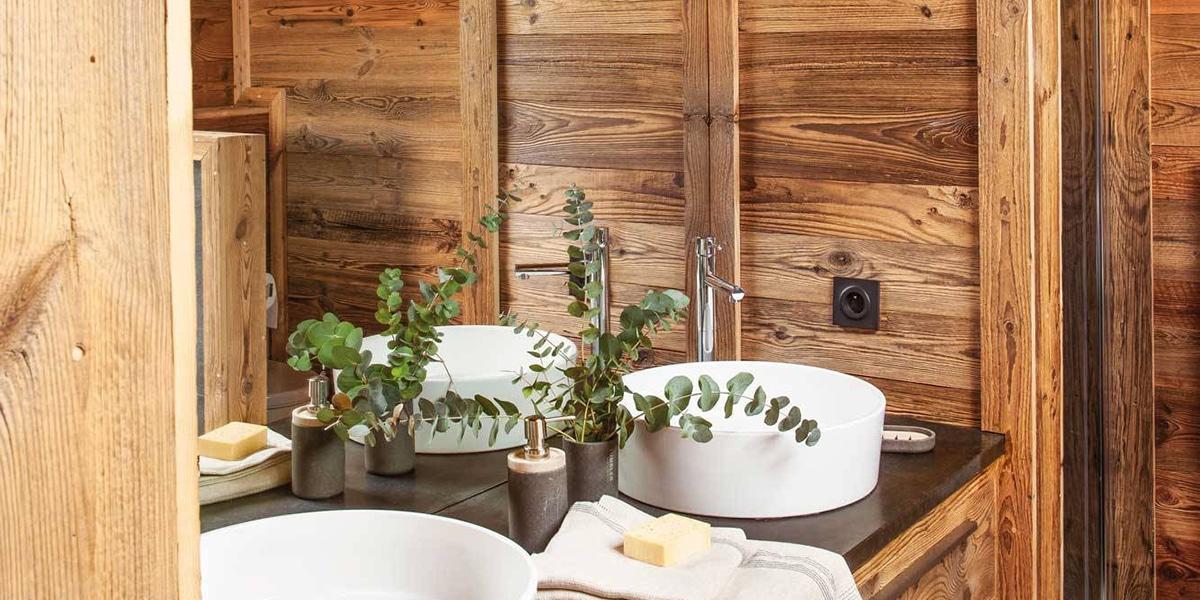La madera queda muy bonita en el baño