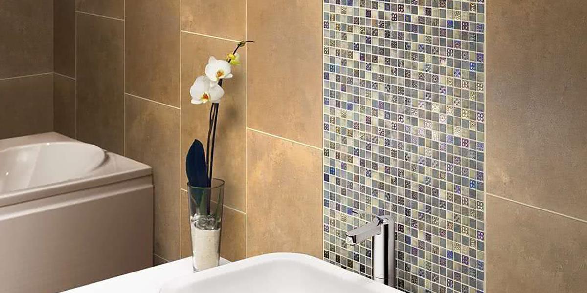 Las paredes del baño pueden tener mosaico