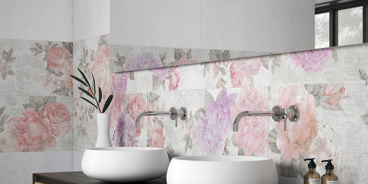 Un baño con papel pintado queda perfecto