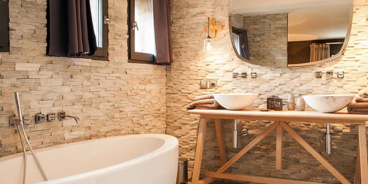 Las paredes del baño pueden tener piedra