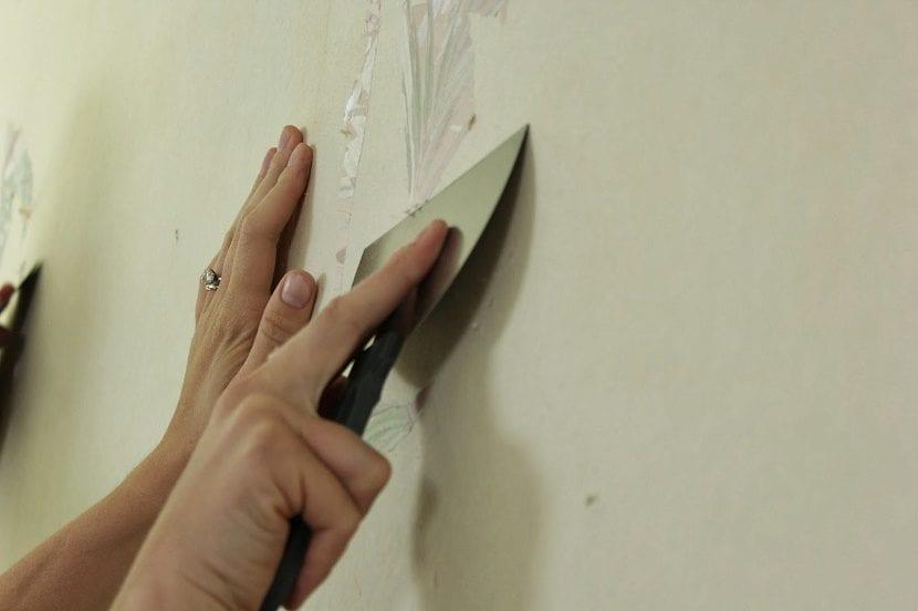 Quitar papel pintado con rasqueta