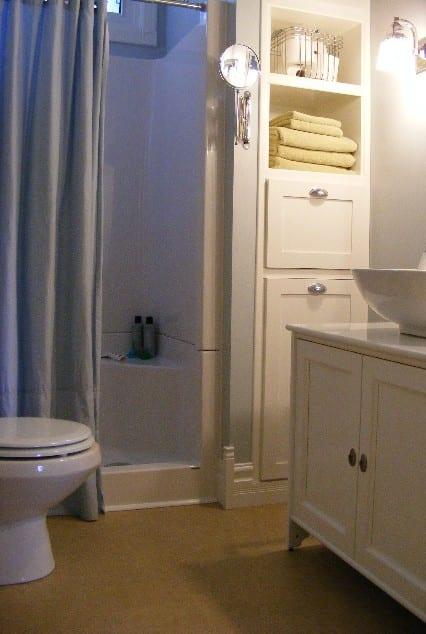 Pequeño cuarto de baño decorado