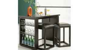 Una mesa de café-bar al estilo con un pequeño bar