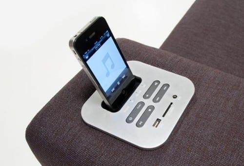 Sofá con dock station para iPhone integrado