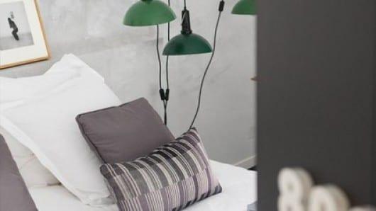 Cómo decorar un dormitorio en color gris perla y marrón y optimizar el espacio