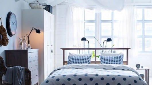 El vestidor detrás de la cama