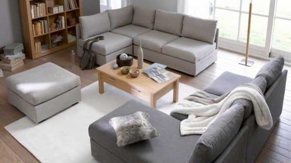 En el salón, dos sofás