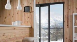 ¿Se puede pintar un revestimiento de madera barnizada sin lijarlo?