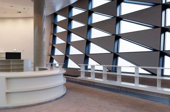 Soft cells triangulares adheridos a la fachada de la Biblioteca Nacional de Leipzig