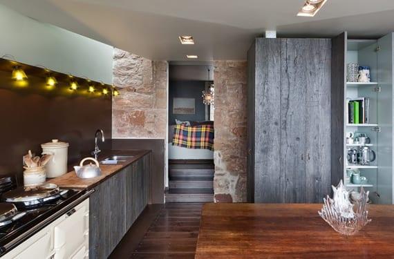 Cocina en una casa de pescadores reformada recientemente en Escocia