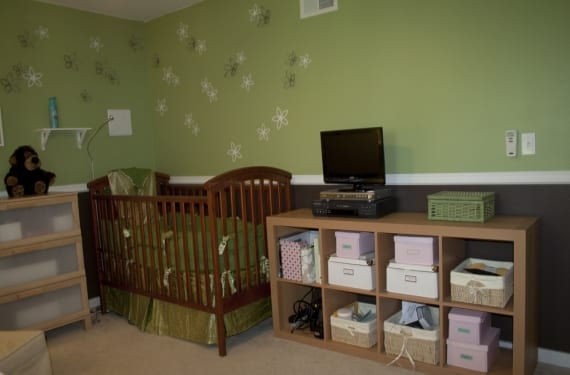 Oficina y habitación de bebé en un mismo espacio