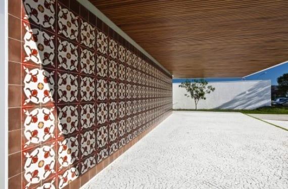 Fachada de la casa Gedda del arquitecto Mustafá Bucar en Brasil