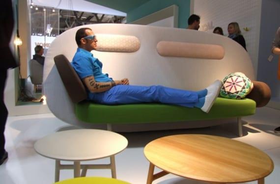 Karim Rashid en Milán, sentado en el sofá Float que ha diseñado para Sancal