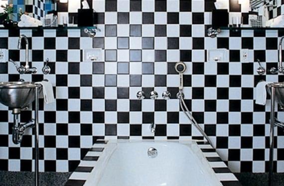 Baño del Hotel Morgans en Nueva York, con su icónico motivo en damero