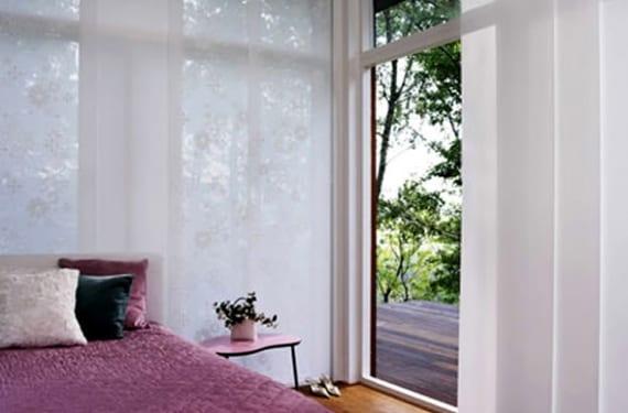 Paneles japoneses verticales en un dormitorio