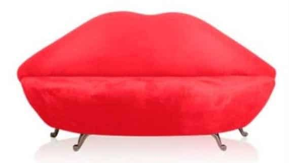 Sofa en forma de boca y beso