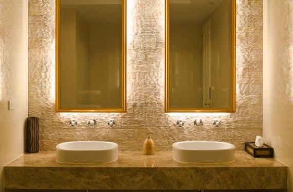 Iluminación tenue que emana de la parte posterior del espejo