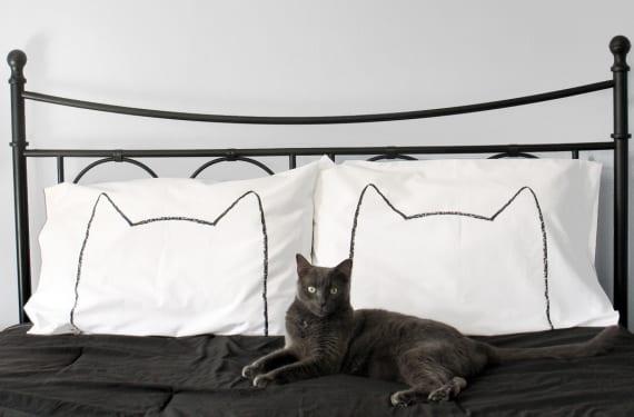 Almohadones con cabezas de gato silueteadas