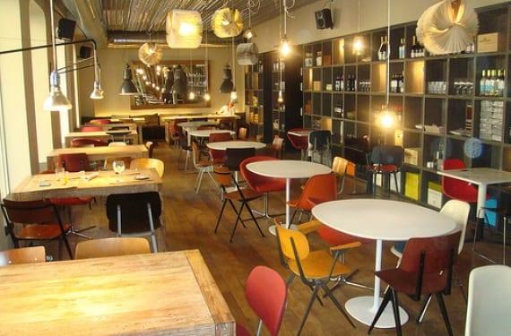 Sillas diferentes en un restaurante: Bar Tomate en Madrid