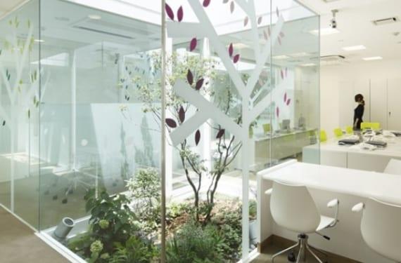 Oficina decorada con un jardín japonés interior