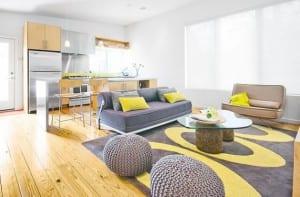 Salón decorado en amarillo y gris