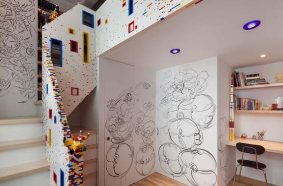 Escalera decorada con piezas de Lego