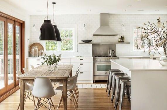 Decorar con madera una cocina blanca for Mesa blanca y madera