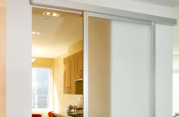 Puertas correderas para ganar espacio for Colocar puerta corredera
