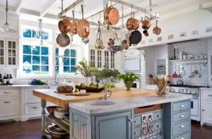 Cocinas rústicas con color