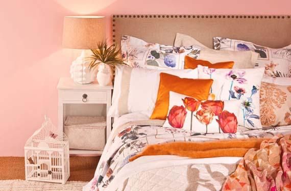 Dormitorio primaveral con flores