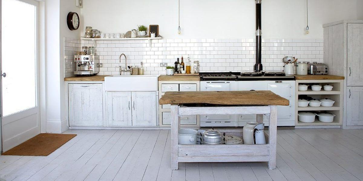 Estilo rústico en tonos blancos en la cocina