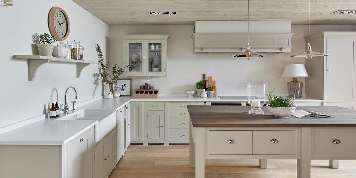 Isla de madera en tonos blancos en tu cocina