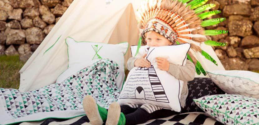 Color verde y temática india en la habitación infantil