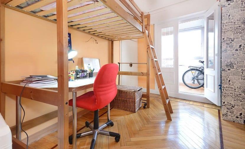 Camas altas para ahorrar espacio for Habitaciones con camas altas