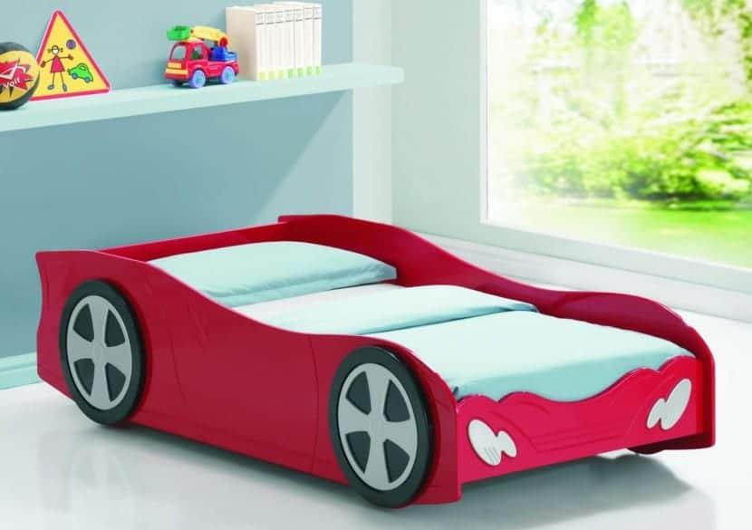cama-infantil-con-un-coche