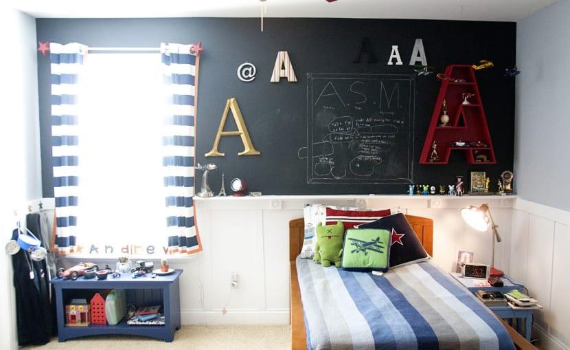 dormitorio con pintura de pizarra