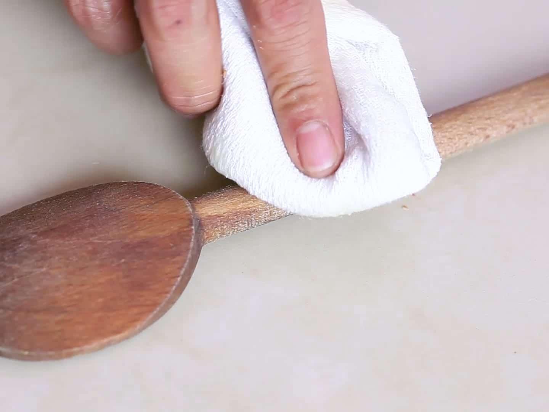 limpiar utensilios de madera